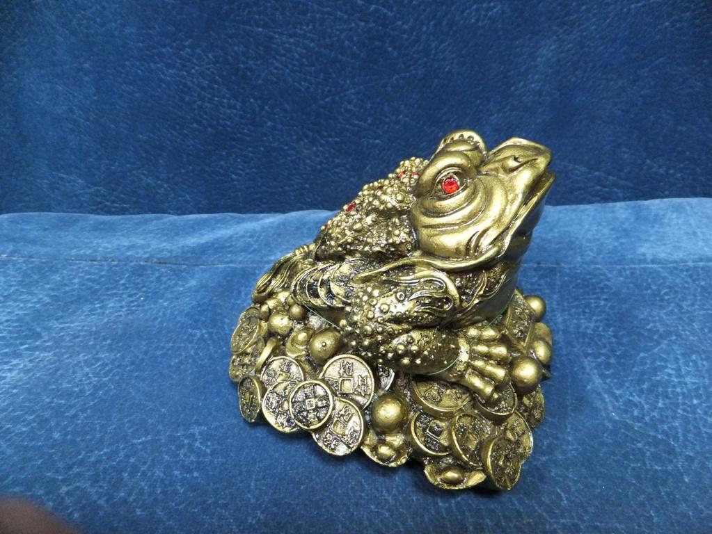 Обои на телефон жаба с монеткой во рту